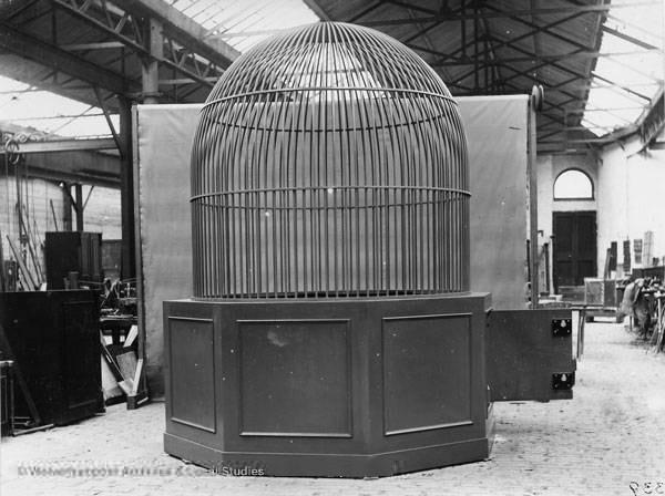Специальная клетка, изготовленная для экспозиции королевского алмаза Кохинур на Всемирной выставке 1851 года в Лондоне.