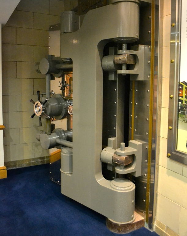 30-тонная дверь толщиной 85 см в хранилище компании Prudential