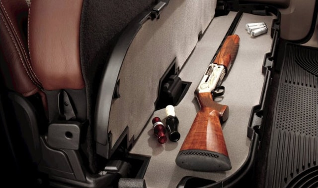 Оружейный тайник под пассажирским сиденьем автомобиля.
