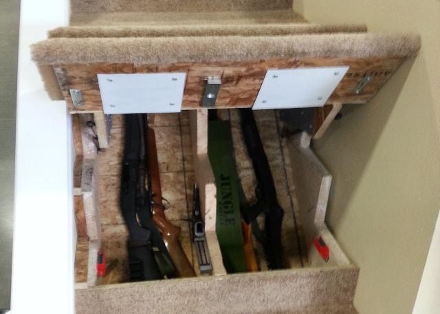 Тайник под ступенькой маршевой лестницы в частном доме.