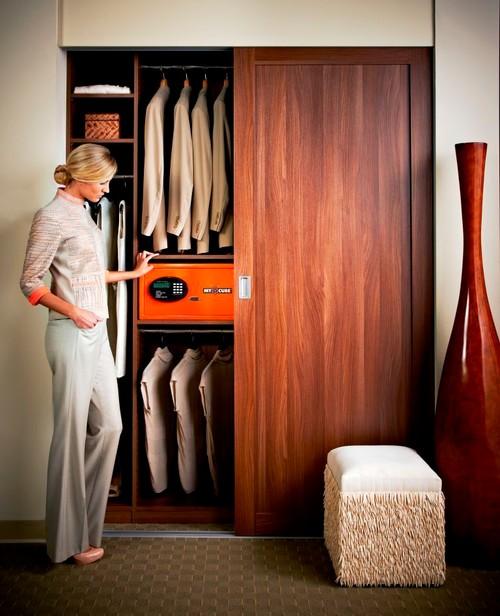 Мебельный сейф, установленный в шкаф-купе.