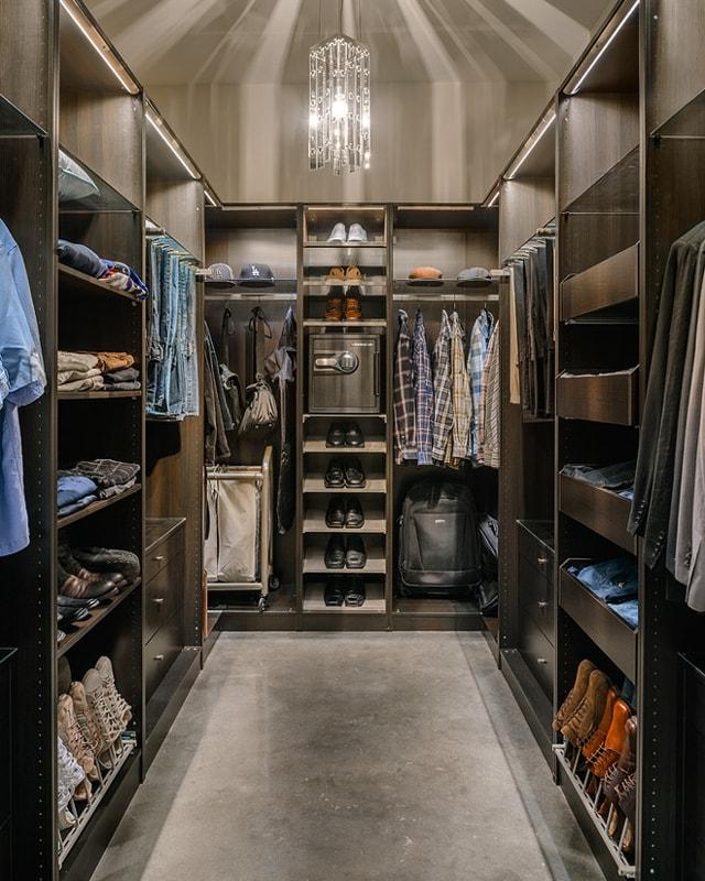 Огнестойкий сейф в гардеробной на полке в открытом шкафу.