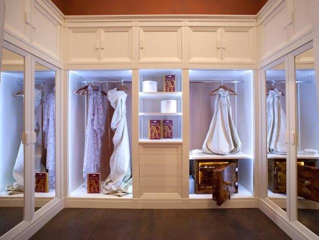 Сейф в женской гардеробной.