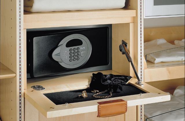 Мебельный сейф в нише с откидной дверцей.