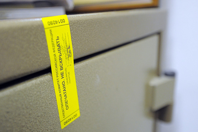 Опечатывание сейфа с помощью пломбы наклейки.
