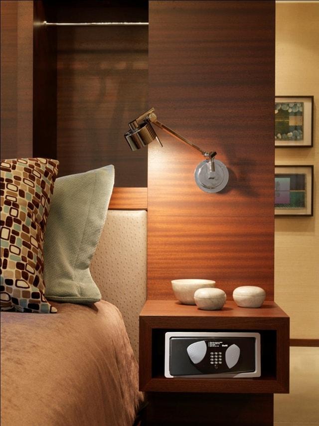 Мебельный сейф в прикроватной тумбочке.