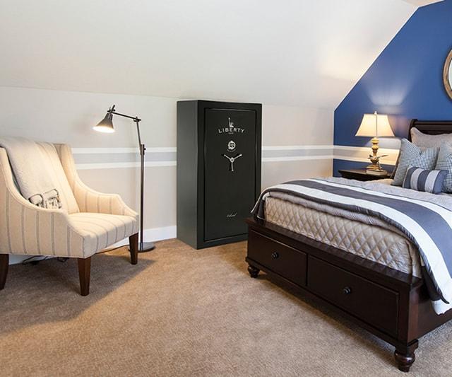 Сейф Liberty Colonial в спальне на мансардном этаже.