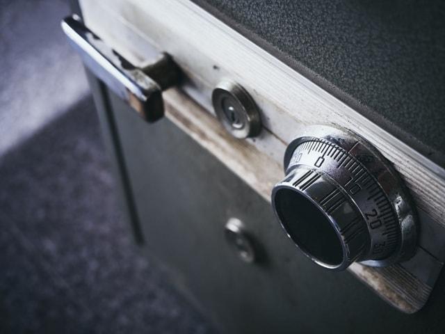 Кодовый механический замок сейфа.