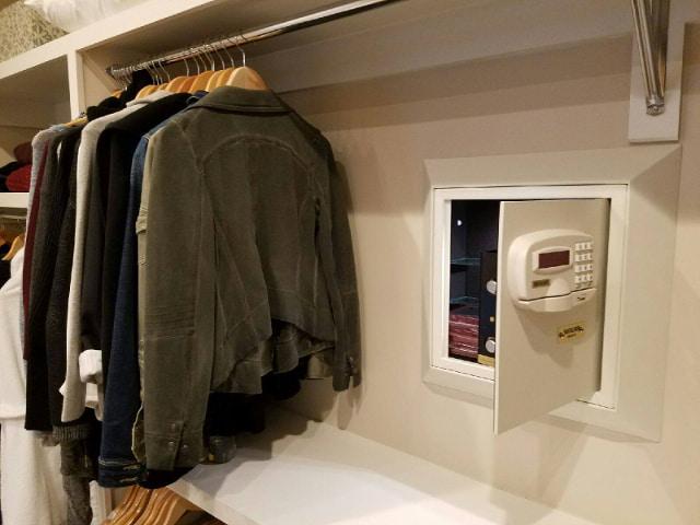 Встраиваемый сейф, спрятанный в гардеробной комнате.