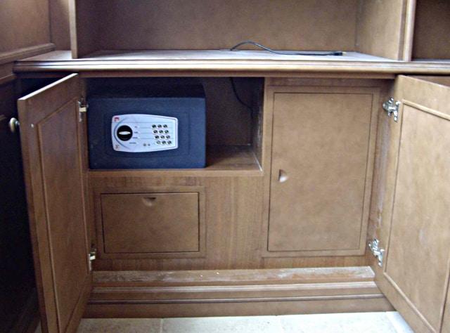 Пример встройки мебельного сейфа в шкаф.