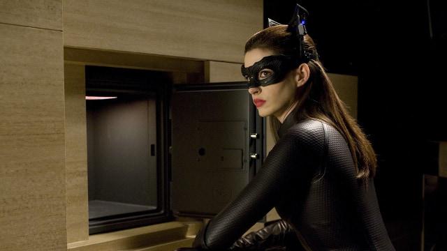 Энн Хэтэуэй у найденного сейфа.