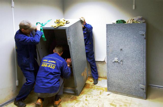 Перемещение сейфа со снятой дверью.