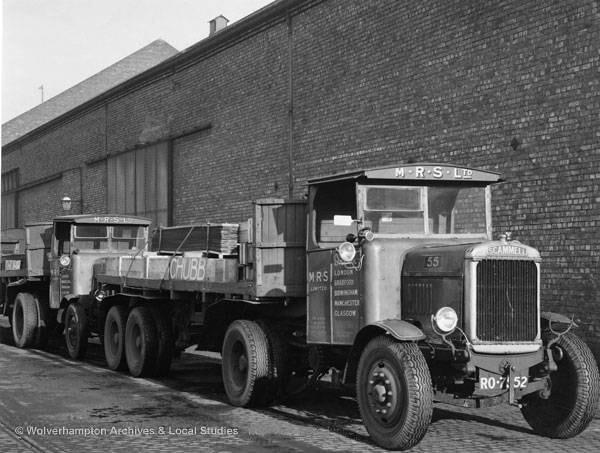 Каркас банковского хранилища, и другие комплектующие погруженные на автомобили. Фото сделано в 1930-е годы.