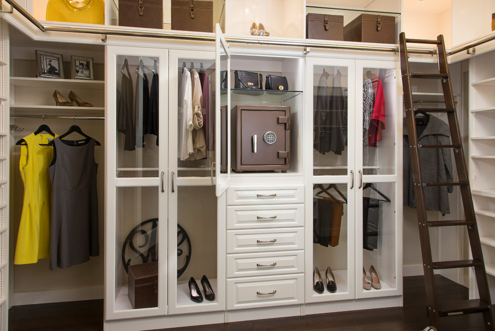Сейф для ювелирных украшений в гардеробной комнате.
