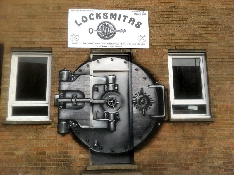 Фасад магазина сейфов, оформленный в стиле граффити.